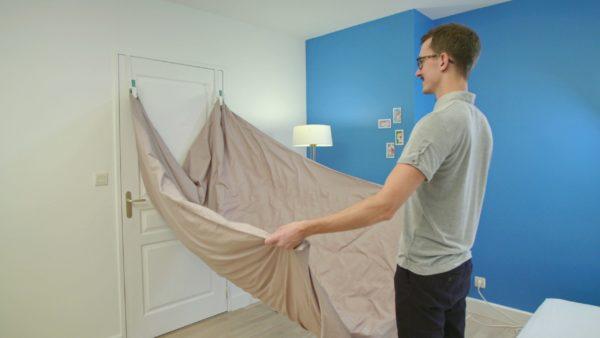 Photo d'une personne en train de changer sa housse de couette